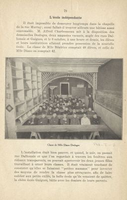 Black and white photograph of a teacher and about forty young boys sitting in six rows in a narrow, rudimentary classroom. The photograph, taken from a book, appears in the middle of a page of text printed in French.