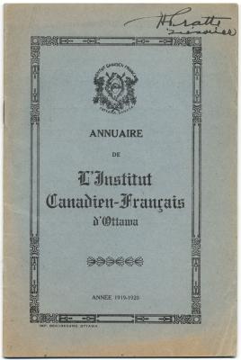 Page couverture d'un imprimé en français sur carton bleu. Le titre du document figure au centre de la page, entouré d'une bordure décorative. Les armoiries de l'organisme sont imprimées en haut de la page. Des mots illisibles sont écrits à l'encre noire, dans le coin supérieur droit.