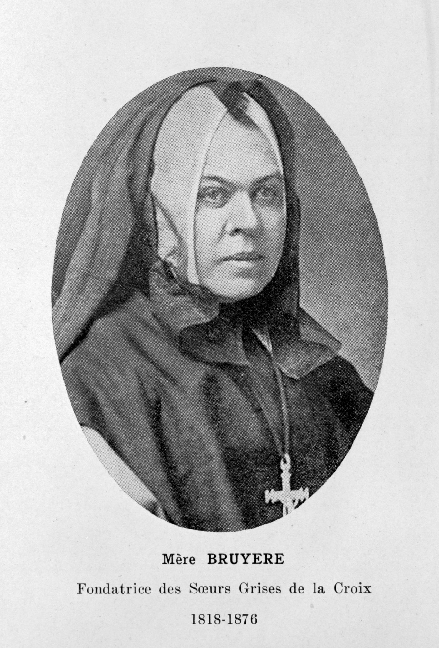 Page from a book, with a black and white photograph of a middle-aged nun. A text typed in French accompanies the photo. The nun is wearing a black coat and veil, as well as a large cross.