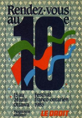 Programme en couleur, avec texte imprimé, en français. Des rubans vert, rouge et bleu sont insérés dans un grand numéro dix. En arrière-plan, un patron de fleurs de lys et de trilles sur fond vert .