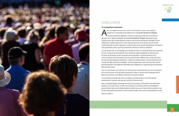 Capture d'écran en couleur. À gauche, une photographie d'une foule en été, vue de dos. Cinq individus d'âge moyen sont bien définis à l'avant-plan, le reste de la foule est hors foyer. À droite, un texte imprimé, en français.