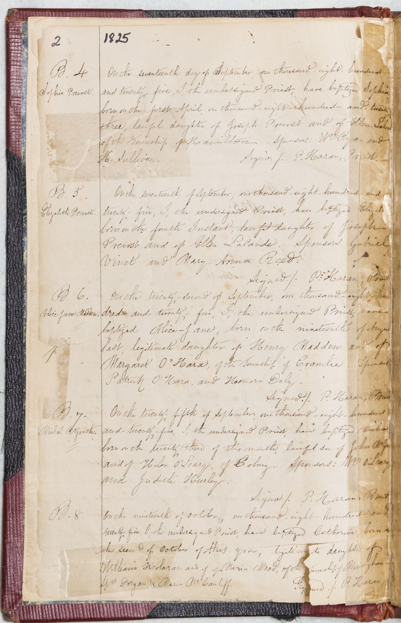 Photographie en couleur du registre, manuscrit en anglais détaillant des baptêmes.